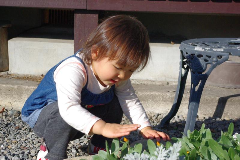 花を愛でる少女♪