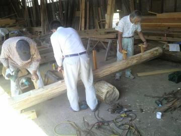 木製シーソー製作中