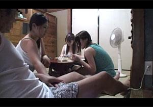 【エロ動画】 父が娘を犯し、それを見て見ぬふりする姉妹たちの異常な大家族実態!