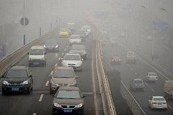 中国 高速道路のスモッグ