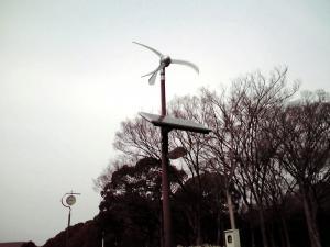 太陽光パネルつきのミニ風車