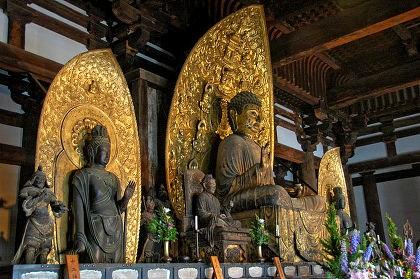 現在の東金堂内部と薬師三尊像