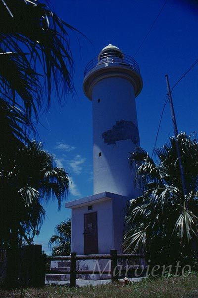 沖縄・鳩間島の灯台