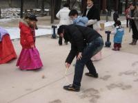 韓国のコマ。見かねたお父さんが手を出したところ