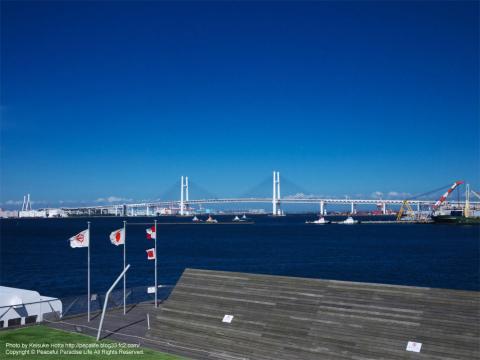 大桟橋の先端近くから横浜ベイブリッジを望む