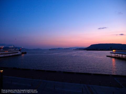 朝焼けに染まる高松の海