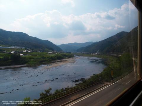 車窓から四万十川を眺める