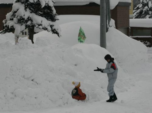 子どもが雪遊び
