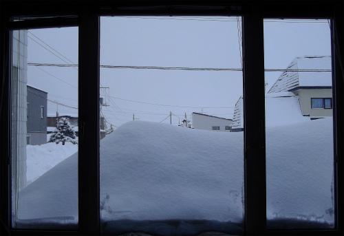 屋根の雪が窓をふさいだ