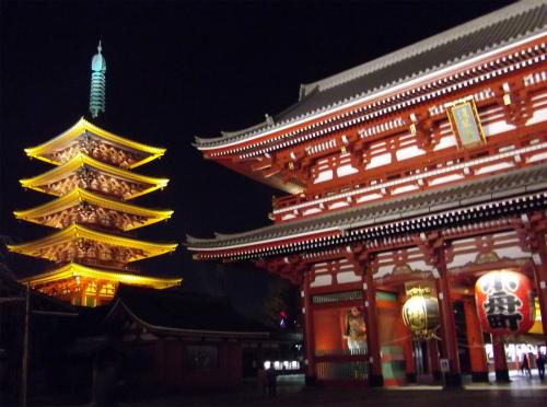 夜の浅草寺境内