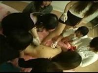 S女集団に囲まれてアナル、手コキ責めでイカされる!