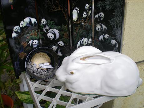 我が家の九谷焼き「ウサギ」の置物とぐい飲みです・・・