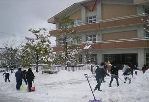 小学校正面の歩道等の雪かきに汗を・・・