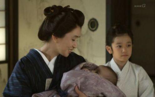 母の艶に抱かれた末子の咲子と幼い健次郎